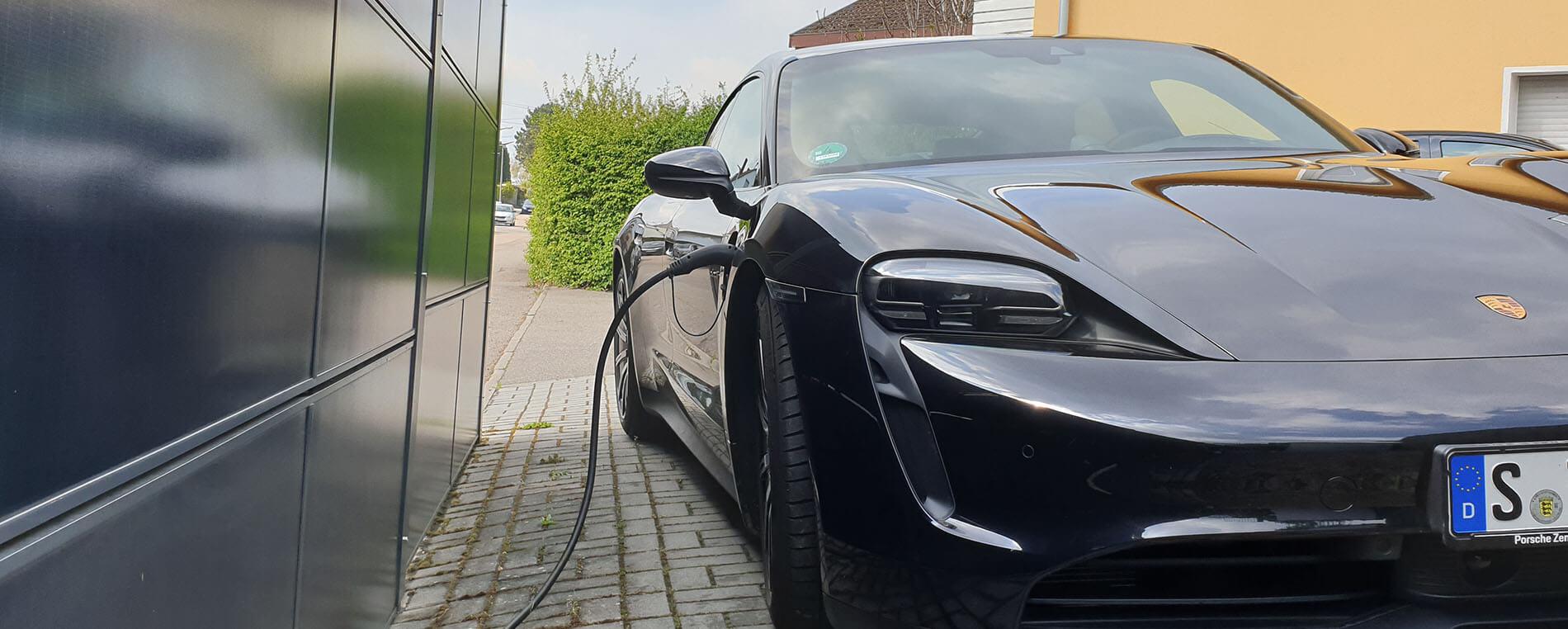 SolarZaun zum Aufladen von Elektro-Autos