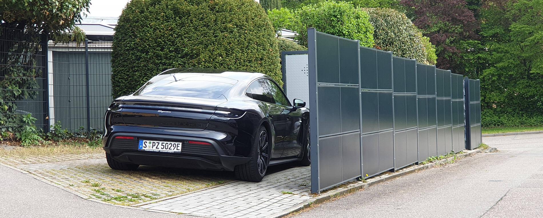 Der SolarZaun und Porsche Taycan sind eine hervorragende Kombi