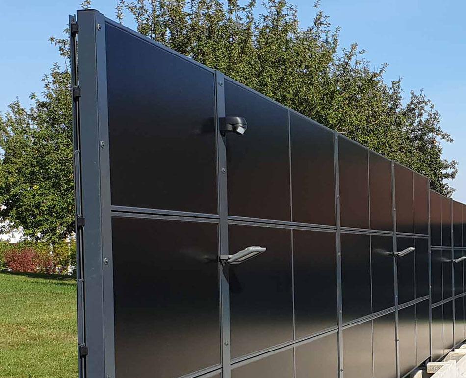 SolarZaun mit Beleuchtung und Bewegungsmelder am Wohnhaus in Gechingen