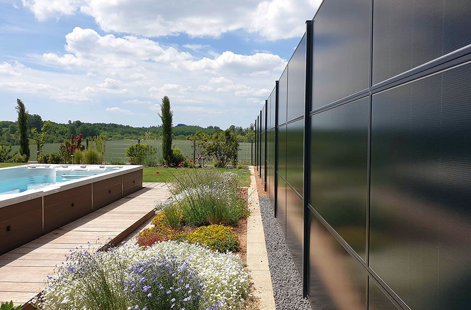 SolarZaun Referenz am Wohnhaus mit Whirlpool in Illingen