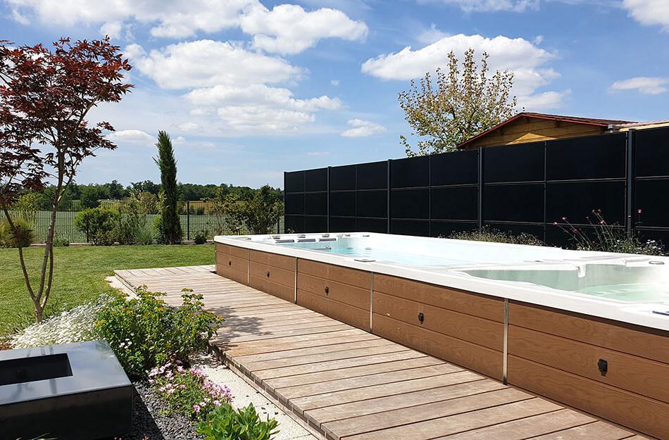 SolarZaun Referenz am Wohnhaus mit Aussenpool in Illingen