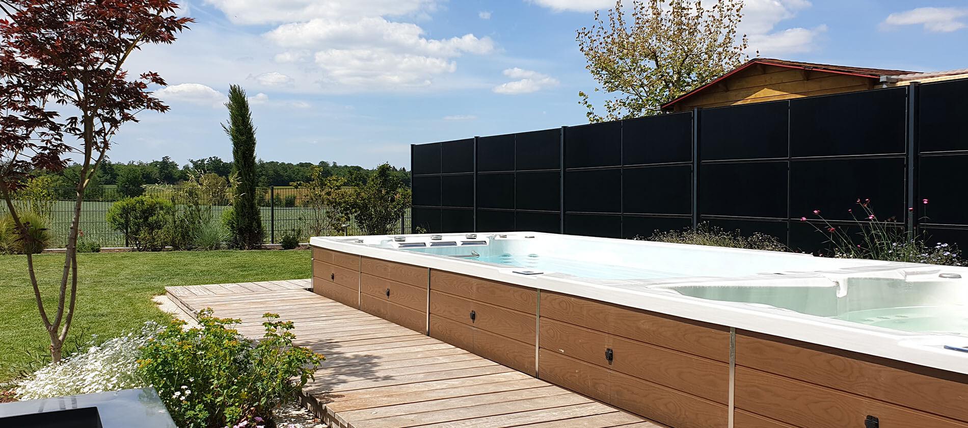SolarZaun Referenz am Wohnhaus mit Swimming-Pool in Illingen