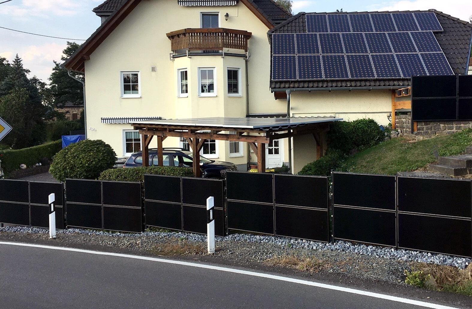 SolarZaun Anlage Typ GSM am Wohnhaus in Lindlar bei Gummersbach