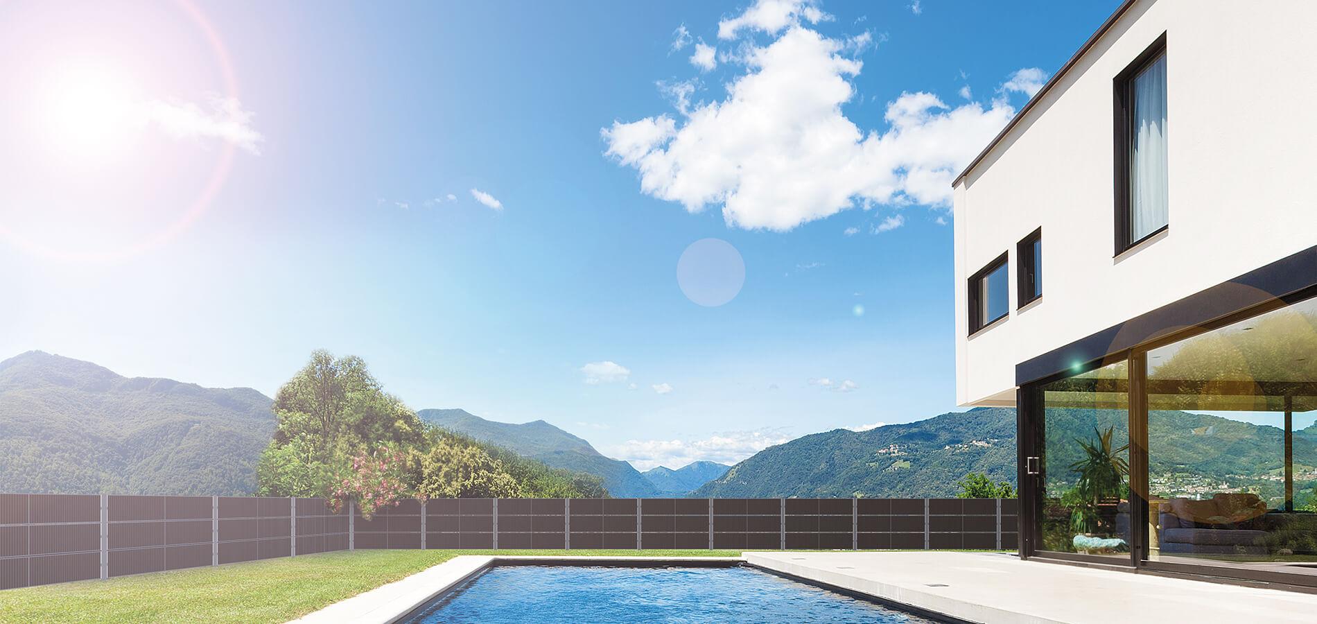 Installierter SolarZaun als Sichtschutz für Garten mit Pool Solar Zaun